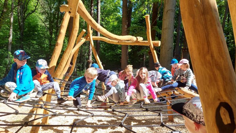 Havním stavebním materiálem lesního hřiště jsou akátové kmeny a kvalitní polypropylenová lana