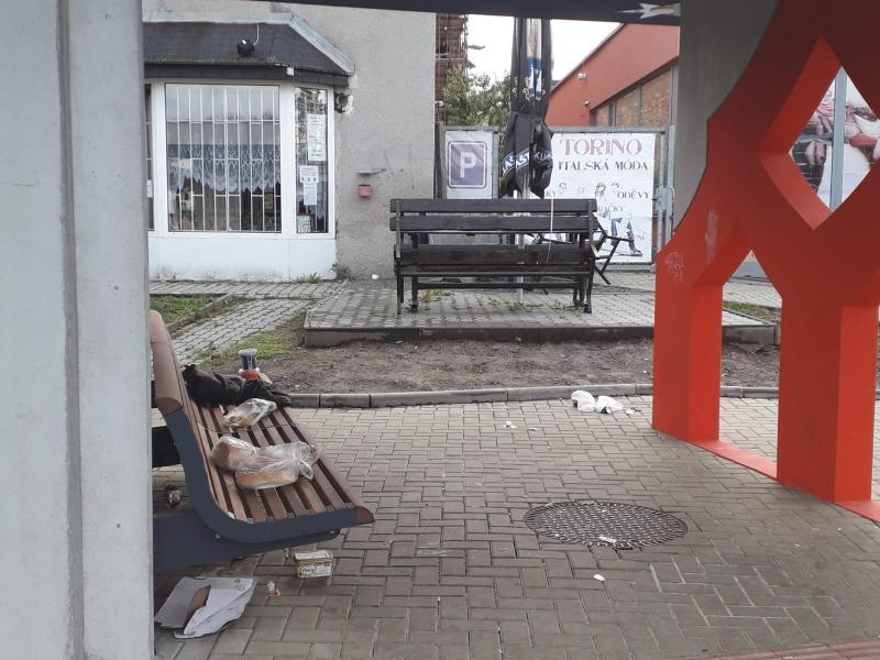 Odpadky na zastávce MHD