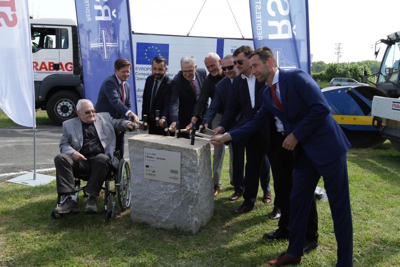 Hlavní aktéři stavby včetně starosy města Tomáše Spurného při symbolickém poklepání na základní káme