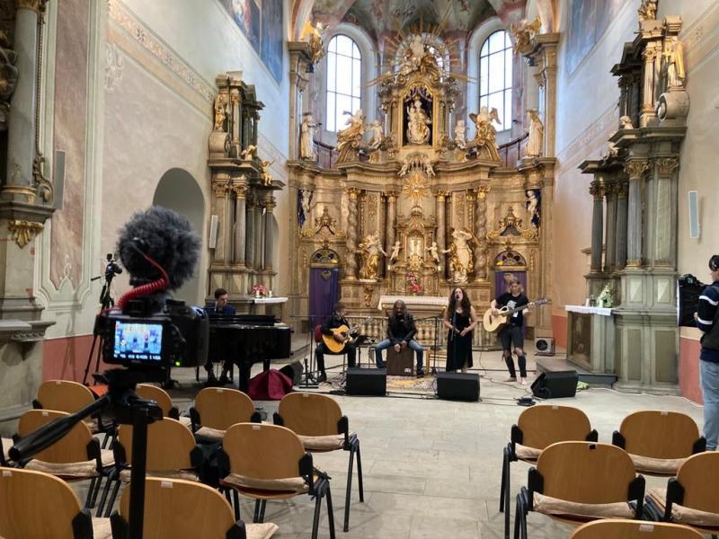 Kapela Fleksible při natáčení on line koncertu v klášterním kostele v Šumperku