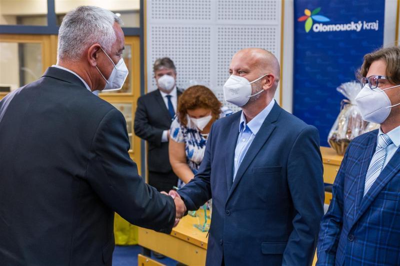 Olomoucký hejtman gratuluje vedoucímu oddělení informatiky Pavlu Kouřilovi