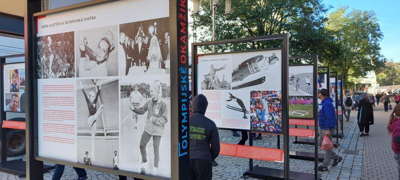 Fotografie Věry Čáslavské a aleše Valenty, které jsou součástí výstavy Olympijské okamžiky
